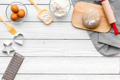 Haga la pasta Harina de Ingedients, huevos cerca del cookware en el espacio de madera blanco de la copia de la opinión superior d Foto de archivo