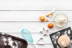 Haga la pasta Harina de Ingedients, huevos cerca del cookware en el espacio de madera blanco de la copia de la opinión superior d Imagenes de archivo
