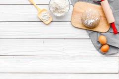Haga la pasta Harina de Ingedients, huevos cerca del cookware en el espacio de madera blanco de la copia de la opinión superior d Imagen de archivo libre de regalías
