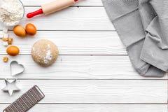 Haga la pasta Harina de Ingedients, huevos cerca del cookware en el espacio de madera blanco de la copia de la opinión superior d Fotos de archivo libres de regalías