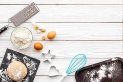 Haga la pasta Harina de Ingedients, huevos cerca del cookware en el espacio de madera blanco de la copia de la opinión superior d Imágenes de archivo libres de regalías