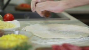 Haga la pizza en cocina metrajes