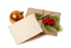 Haga las cajas de regalo a mano con la tarjeta de felicitación para el texto La Navidad, fondo del día de fiesta del Año Nuevo en Imagenes de archivo