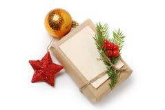 Haga las cajas de regalo a mano con la tarjeta de felicitación para el texto La Navidad, fondo del día de fiesta del Año Nuevo ai Imagenes de archivo