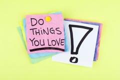 Haga las cosas que usted ama/que mensaje de motivación de la nota de la frase del negocio Fotografía de archivo
