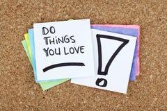 Haga las cosas que usted ama/que mensaje de motivación de la nota de la frase del negocio Imagen de archivo