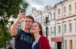 Haga las fotos del selfie con los amigos Imagen de archivo libre de regalías