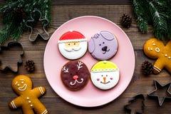 Haga las galletas del pan de jengibre por Año Nuevo en casa Panadería y cortadores en la opinión superior del fondo de madera Fotos de archivo libres de regalías