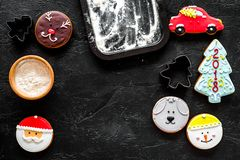 Haga las galletas del pan de jengibre por el Año Nuevo 2018 Dulces cerca del molde para el horno en copyspace negro de la opinión Fotos de archivo