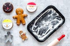 Haga las galletas del pan de jengibre por el Año Nuevo 2018 Dulces cerca del molde para el horno y del rodillo en la opinión supe Foto de archivo