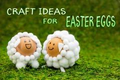 Haga las ideas a mano para los huevos de Pascua, dos corderos divertidos o las ovejas formadas egg Imagen de archivo
