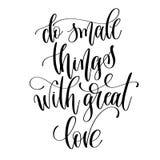 Haga las pequeñas cosas con el gran amor - letras blancos y negros de la mano Imágenes de archivo libres de regalías