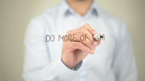 Haga más de qué le hace feliz, escritura del hombre en la pantalla transparente almacen de metraje de vídeo