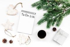 Haga para hacer la lista por Año Nuevo Cuaderno entre decoraciones del Año Nuevo en la opinión superior del fondo blanco Fotografía de archivo libre de regalías