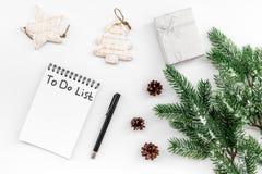 Haga para hacer la lista por Año Nuevo Cuaderno entre decoraciones del Año Nuevo en la opinión superior del fondo blanco Imágenes de archivo libres de regalías