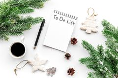 Haga para hacer la lista por Año Nuevo Cuaderno entre decoraciones del Año Nuevo en la opinión superior del fondo blanco Imagen de archivo