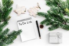 Haga para hacer la lista por Año Nuevo Cuaderno entre decoraciones del Año Nuevo en la opinión superior del fondo blanco Imagen de archivo libre de regalías