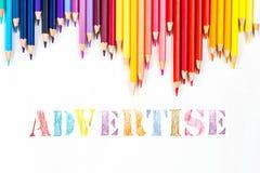Haga publicidad del dibujo por los lápices del color foto de archivo