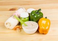 Haga puré las verduras, la harina de avena y la pimienta dulce en la madera de la luz del abackground Foto de archivo