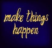 Haga que las cosas suceden las letras dibujadas mano del oro del VECTOR en fondo azul marino Fotografía de archivo libre de regalías