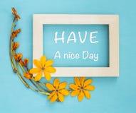 Haga que un día agradable en marco de madera adorne con la flor amarilla Fotos de archivo