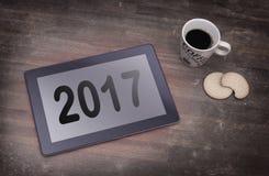 Haga tabletas el artilugio del ordenador del tacto en la tabla de madera - 2017 Imágenes de archivo libres de regalías