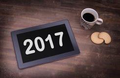Haga tabletas el artilugio del ordenador del tacto en la tabla de madera - 2017 Fotografía de archivo libre de regalías