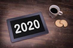 Haga tabletas el artilugio del ordenador del tacto en la tabla de madera - 2020 Fotos de archivo