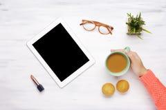 Haga tabletas el artilugio, taza de café y los molletes y lápiz labial en un woode imágenes de archivo libres de regalías