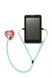 Haga tabletas el estetoscopio rojo del corazón de los puls que escucha - en el backgrond blanco Imagenes de archivo