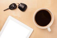 Haga tabletas la PC con el espacio vacío y una taza de café en un escritorio Fotos de archivo libres de regalías