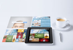 Haga tabletas la PC con el uso de las noticias y la taza de café Fotos de archivo