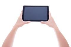 Haga tabletas la PC con la pantalla en blanco en las manos masculinas aisladas en blanco imágenes de archivo libres de regalías