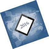Haga tabletas la PC o el teléfono elegante en la pantalla táctil digital del negocio, mapa del mundo, Feliz Año Nuevo 2016 Fotos de archivo libres de regalías