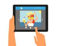 Haga tabletas la PC que exhibe la página en establecimiento de una red social Imágenes de archivo libres de regalías