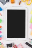 Haga tabletas las herramientas del teléfono y de la escuela o de la oficina en el fondo blanco Foto de archivo libre de regalías