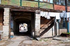 Haga un túnel la entrada en el patio auténtico viejo de Odessa en Ucrania imagenes de archivo