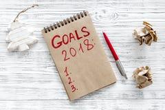 Haga una lista de las metas para 2018 Decoración del cuaderno y de la Navidad en la opinión superior del fondo de madera Fotos de archivo libres de regalías