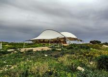 Hagar Qim i Mnajdra prehistoryczny świątynny kompleks z baldachimem, megalit świątynia pod ochronnym namiotem na Śródziemnomorski zdjęcia royalty free