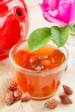 Hagebutten Tee und Hagebutteblumen Stockbild