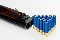 hagelgevär och skal för 410 mått på en tabell Arkivfoto