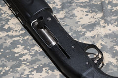 Hagelgevär på kamouflerad bakgrund Royaltyfri Fotografi