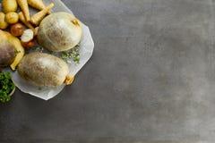 Haggis crudos y fondo vegetal de los ingredientes Foto de archivo libre de regalías
