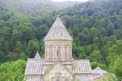 Haghartsin是位于亚美尼亚的塔武什省地区的亚美尼亚修道院 风景看法在树木繁茂的谷 免版税库存图片