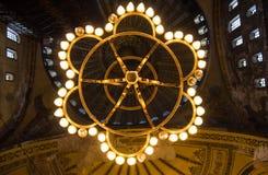 Hagia Ayasofya清真寺camii夜照明设备枝形吊灯内部 免版税库存照片