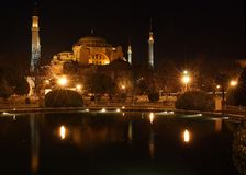 Hagia Sófia na noite em Istambul, Turquia (com efect da estrela nas luzes) - feitas de 4 imagens verticais Imagem de Stock