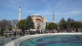 Hagia Sophia Ayasofya en parque del cuadrado de Sultanahmet con la muchedumbre turística, Estambul, Turquía metrajes