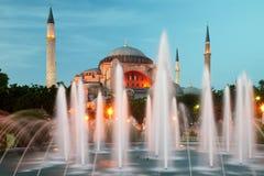 Hagia Sophia a Costantinopoli con illuminazione fotografie stock
