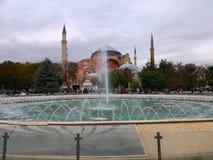 Hagia Sophia Museum com a fonte em Sultan Ahmed Square imagens de stock
