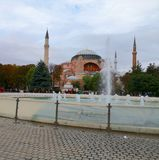 Hagia Sophia Museum com a fonte em Sultan Ahmed Square 2 fotos de stock royalty free